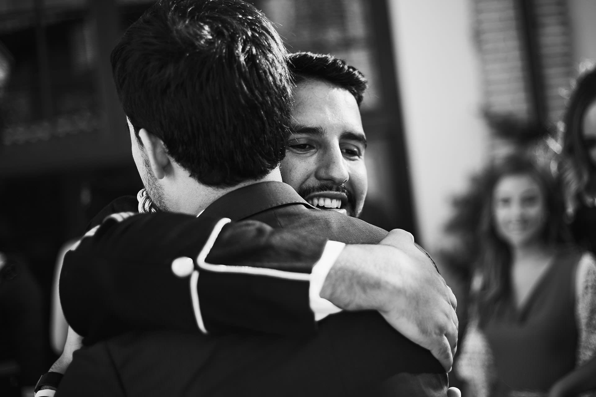 abrazo novio boda