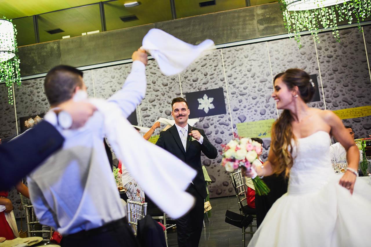 entrada novios restaurante boda