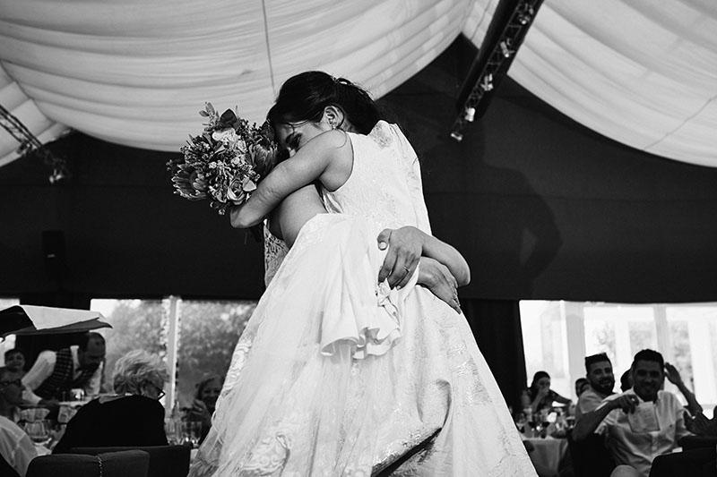 abrazo hermanas boda